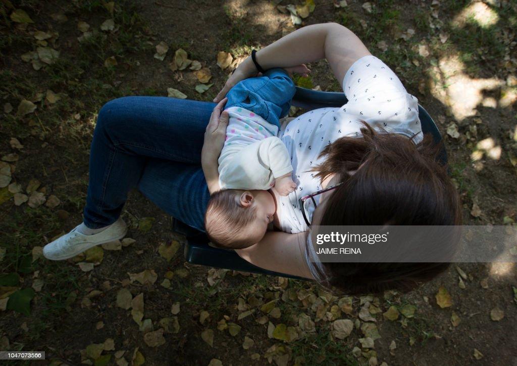 TOPSHOT-SPAIN-WOMEN-BREASTFEEDING : News Photo