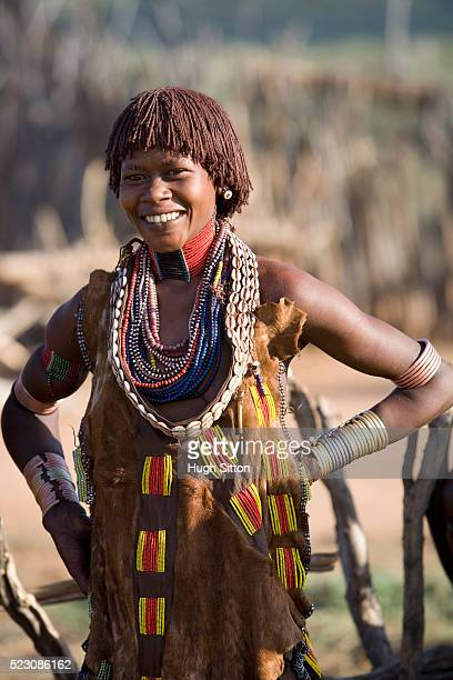 woman of the hamer tribe - hugh sitton stock-fotos und bilder