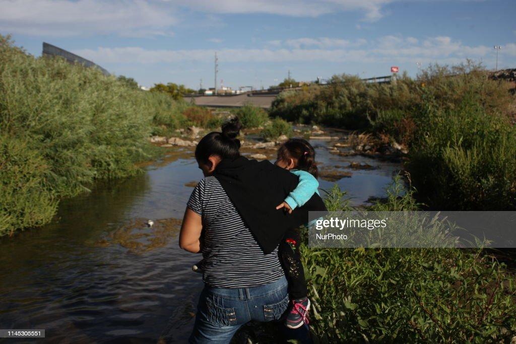 Central American Migrants Cross The Rio Bravo To Surrender To Border Patrol : News Photo