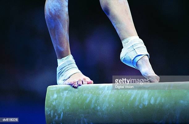 woman on a balance beam - gymnastique sportive photos et images de collection