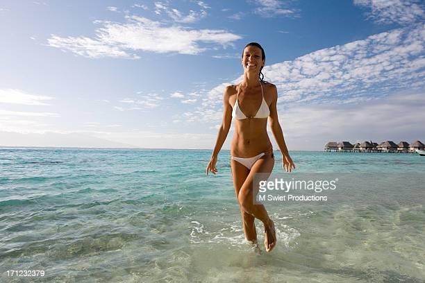 woman on a beach - femme tahitienne photos et images de collection