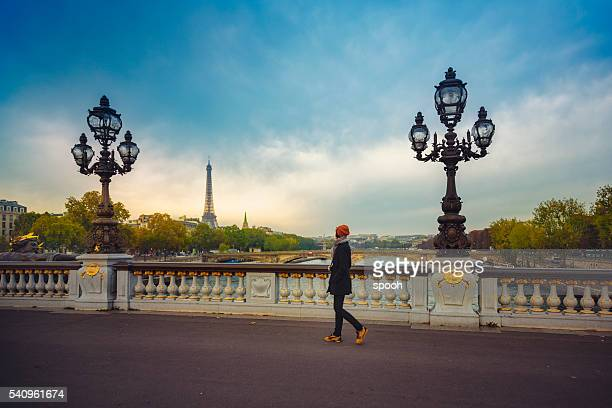Mulher em uma ponte em Paris