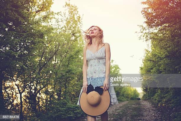 Femme solitaire sur une marche