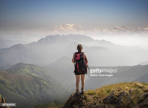 woman on a mountaintop - tal stock-fotos und bilder