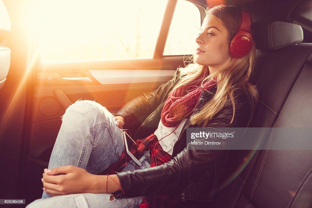 Mulher em uma estrada de viagem : Foto de stock
