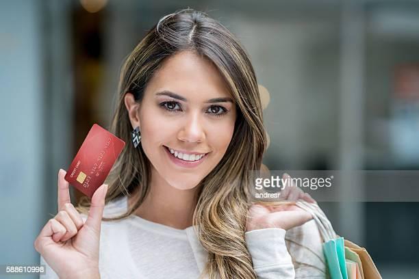 Frau auf einem Einkaufsbummel mit Kreditkarte erforderlich