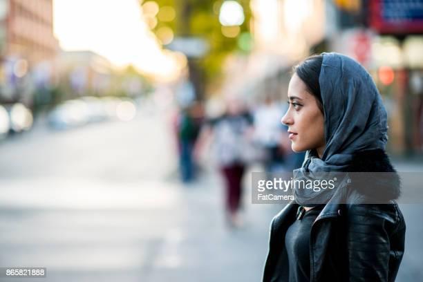 mulher em uma rua - imigrante - fotografias e filmes do acervo