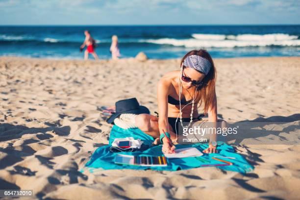 Femme sur vacances d'été de dessin dans le cahier de coloriage