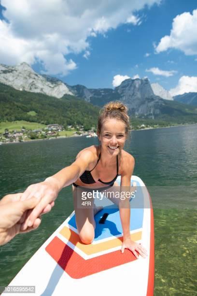 frau auf einem sup, see grundlsee, österreich - hoch position stock-fotos und bilder