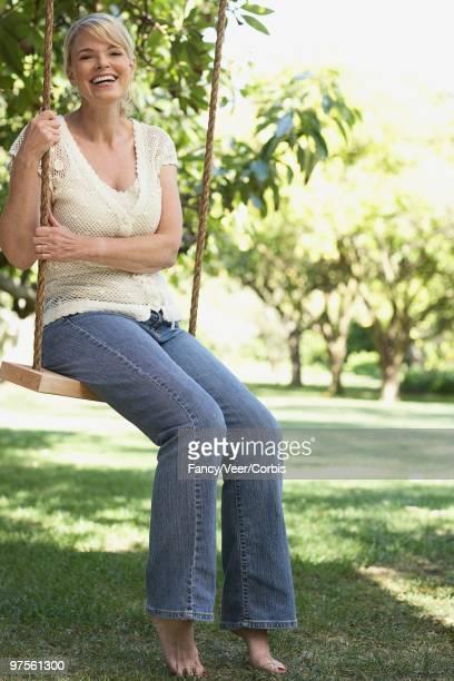 woman on a swing - donne bionde scalze foto e immagini stock