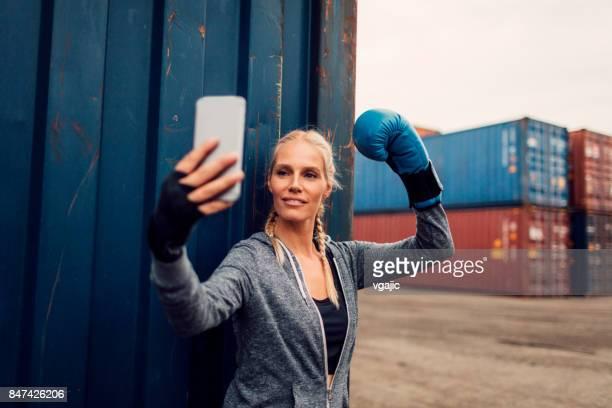 Frau auf Box-training