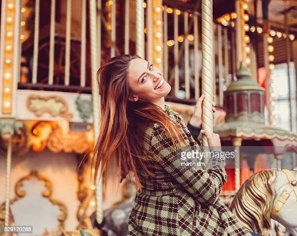Frau auf eine Fahrt mit dem Karussell Spaß haben