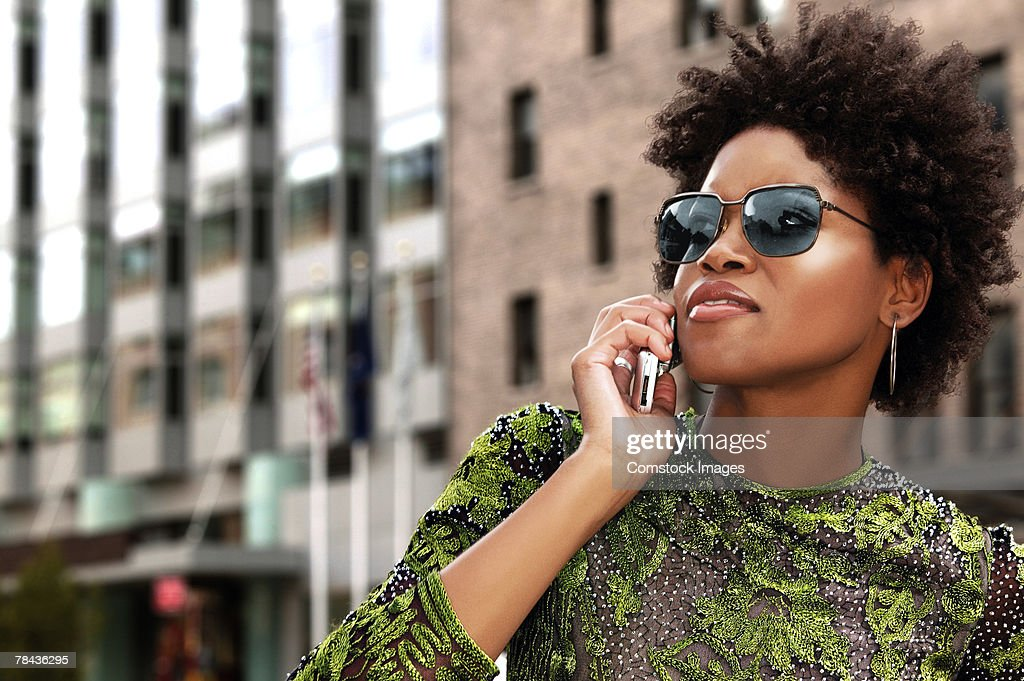 Woman on cell phone downtown : Stockfoto