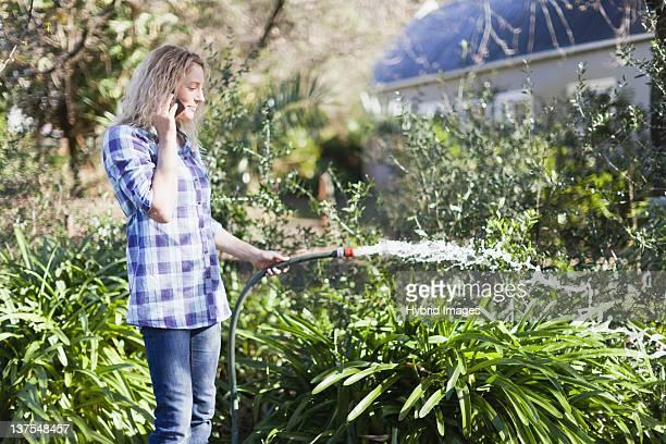 女性の携帯電話で美味しい植物