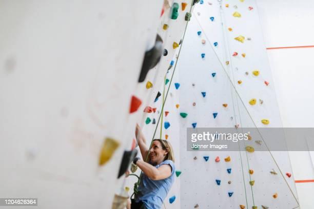 woman on climbing wall - クライミングウォール ストックフォトと画像