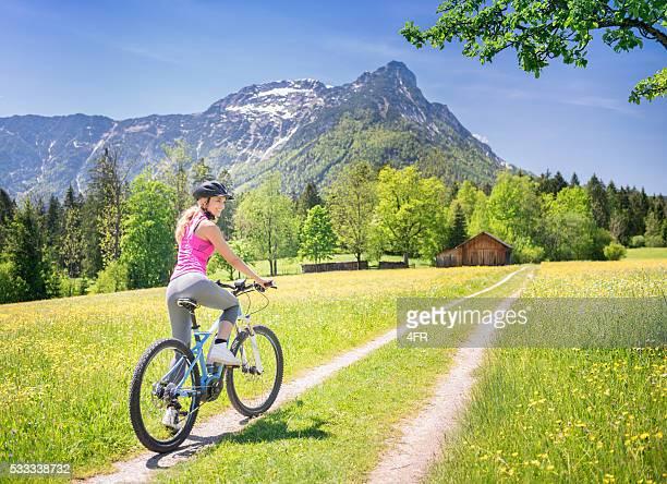 Mujer en E-Bike Mountainbike en la naturaleza