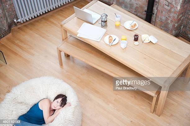 女性にペットのビーンバッグの椅子のリビングルーム