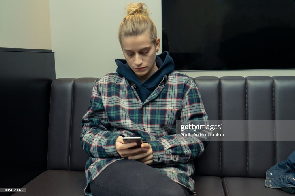 Woman on her phone in a coffee shop : Stock-Foto
