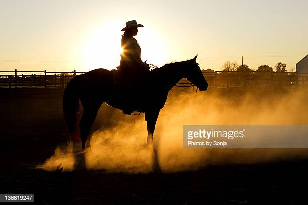 woman on horse at sunset - cowgirl photos et images de collection