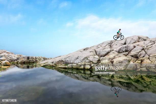 mulher na bicicleta de montanha - formação rochosa - fotografias e filmes do acervo