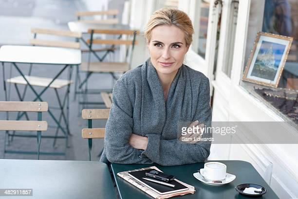 Femme sur un patio extérieur du Café
