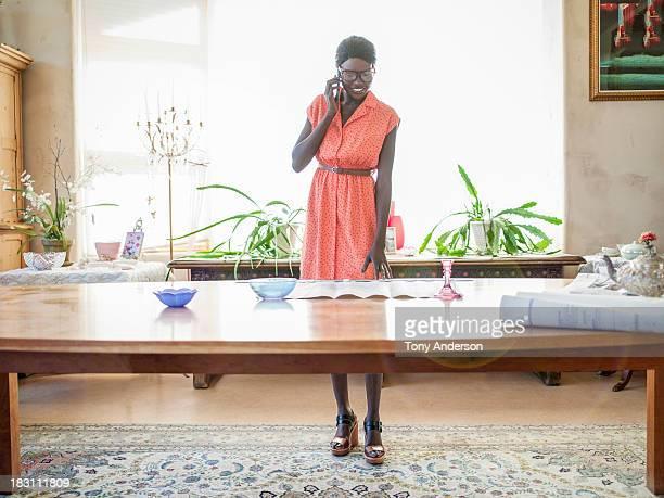 woman on phone looking at plans on table - vestido sem manga - fotografias e filmes do acervo