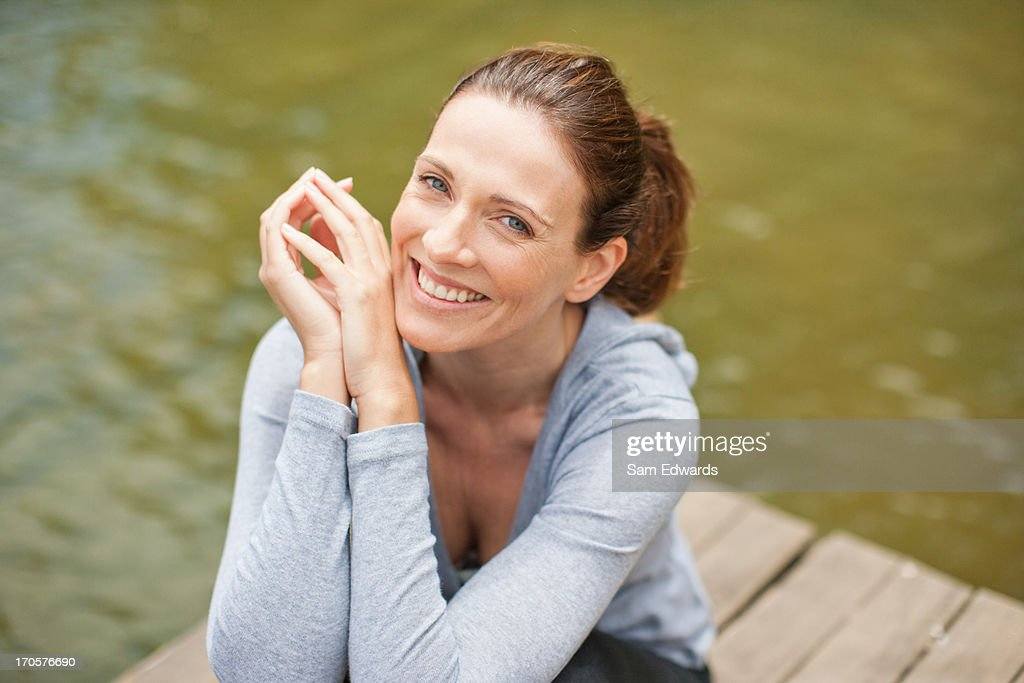 Frau am pier am lake : Stock-Foto