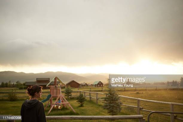 woman on ranch - casa estilo rancho fotografías e imágenes de stock