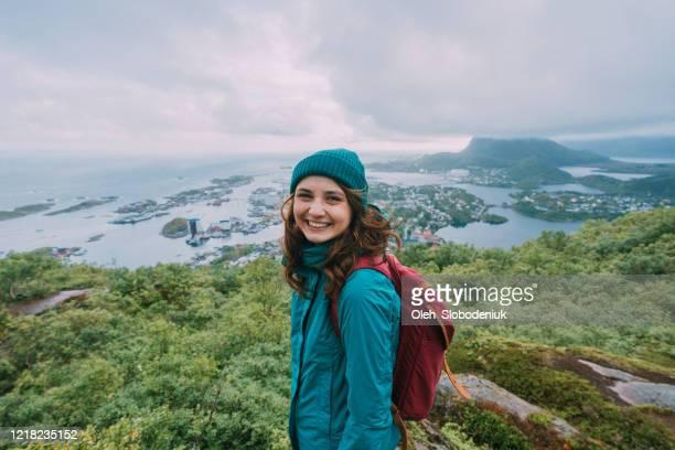 vrouw op berg reinebringen op eiland lofoten - noorwegen stockfoto's en -beelden