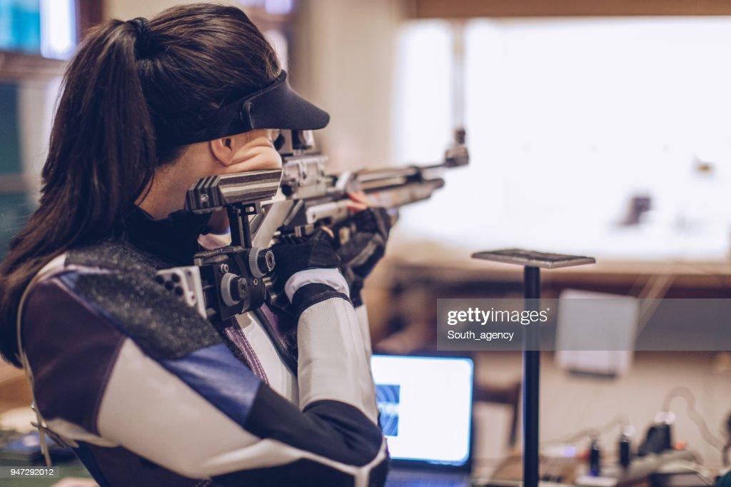 ライフル射撃訓練の女性 : ストックフォト