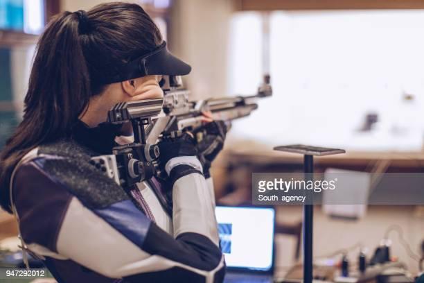 ライフル射撃訓練の女性 - ターゲット射撃 ストックフォトと画像