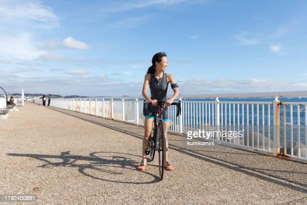 ロードバイクの女性 - ロードバイク ストックフォトと画像