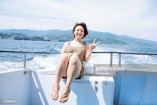 woman on ship - 船のデッキ ストックフォトと画像
