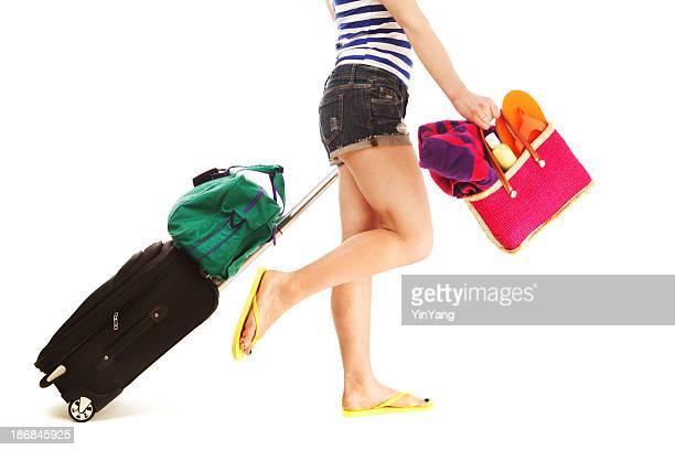 Femme sur vacances d'été, valise et sac de plage, des bagages