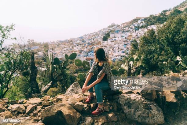 femme sur le fond de la ville de chefchaouen - chefchaouen photos et images de collection