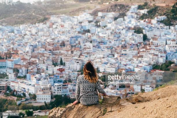 mujer en el fondo del paisaje urbano de chefchaouen - chefchaouen fotografías e imágenes de stock