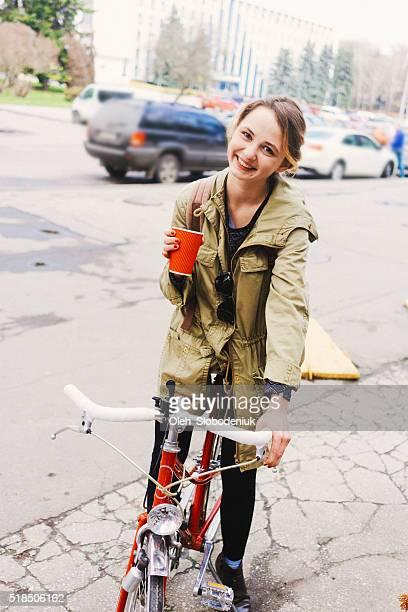 Frau auf dem Fahrrad mit Pokal