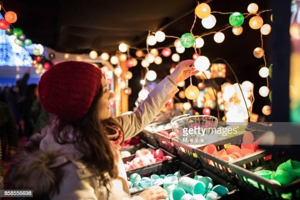 Mujer en el mercado de Navidad festiva