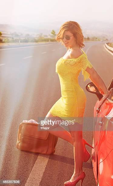 mujer en la carretera que resplandece - minifalda fotografías e imágenes de stock