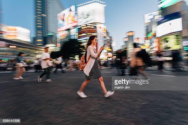 女性 電話中東京の渋谷交差点で