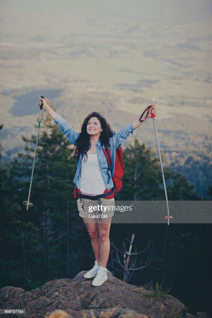 Frau auf dem rock : Stock-Foto