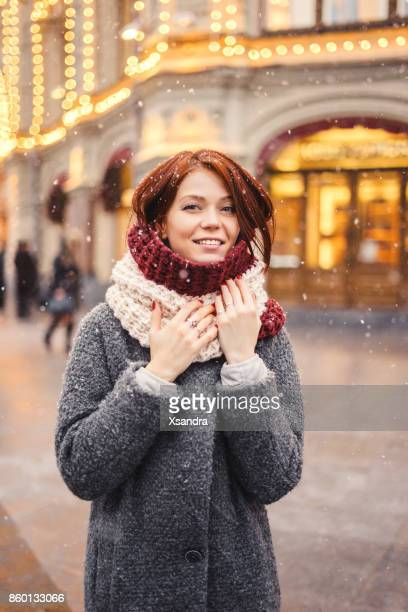 Frau auf der Straße für Weihnachten dekoriert