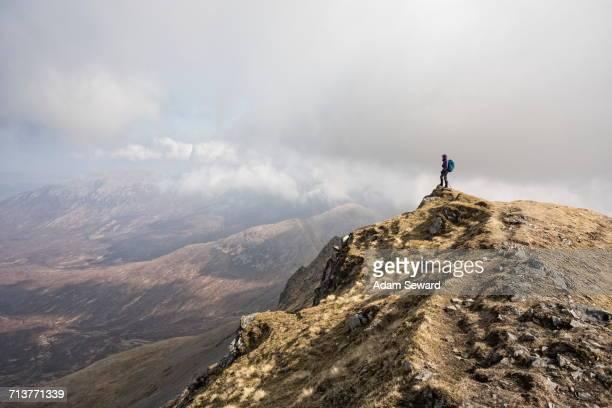 woman on top of marsco, glen sligachan, isle of skye, scotland - glen sligachan photos et images de collection