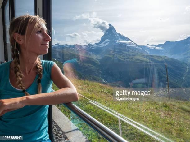 frau im zug in zermatt, schweiz - pinnacle peak stock-fotos und bilder