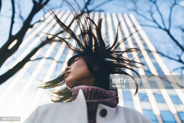 冬の間に風の強い日の女性
