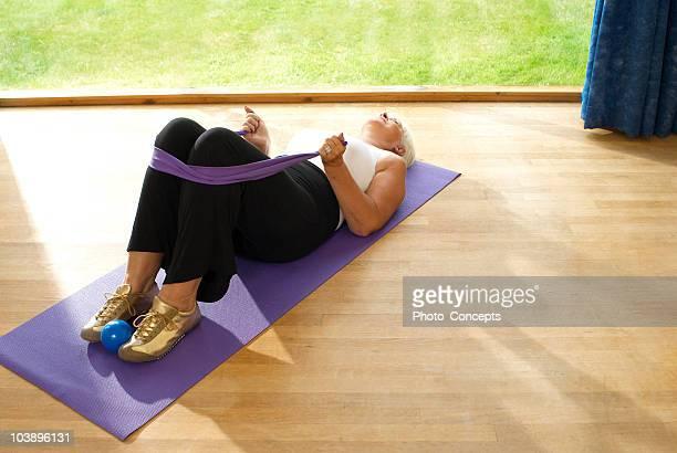 Femme sur le tapis de yoga