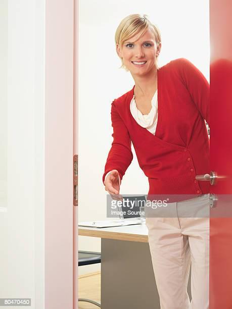 Femme ouvrir une porte