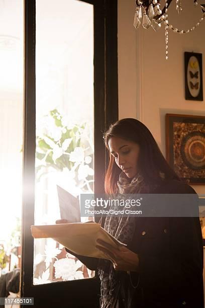 woman opening her mail - responder imagens e fotografias de stock