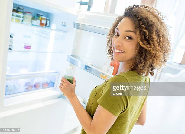 woman opening the fridge - geladeira - fotografias e filmes do acervo
