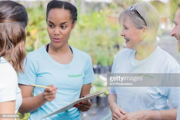 Mujer organiza a voluntarios de mercado del agricultor